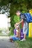 Αγόρι που εκπλήσσει ένα μικρό κορίτσι, τα χέρια της που καλύπτει τα μάτια της Στοκ Εικόνες