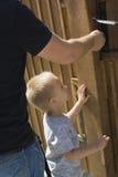 Αγόρι που εξετάζει την πόρτα Στοκ Φωτογραφία
