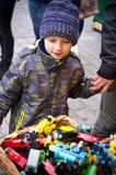 Αγόρι που εξετάζει τη στάση παιχνιδιών υπαίθριο Στοκ Φωτογραφίες