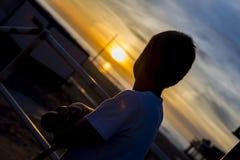 Αγόρι που εξετάζει το ηλιοβασίλεμα Στοκ φωτογραφία με δικαίωμα ελεύθερης χρήσης