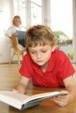 Αγόρι που διαβάζει ένα βιβλίο Στοκ εικόνα με δικαίωμα ελεύθερης χρήσης