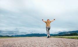 Αγόρι που κάνει πατινάζ skateboard στο δρόμο Στοκ εικόνες με δικαίωμα ελεύθερης χρήσης