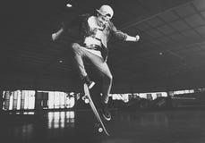 Αγόρι που κάνει σκέιτ μπορντ την έννοια Hipster τρόπου ζωής άλματος Στοκ Εικόνες