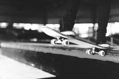 Αγόρι που κάνει σκέιτ μπορντ την έννοια Hipster τρόπου ζωής άλματος Στοκ Εικόνα