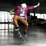 Αγόρι που κάνει σκέιτ μπορντ την έννοια Hipster τρόπου ζωής άλματος Στοκ Φωτογραφία