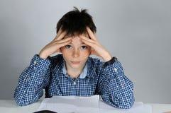 Αγόρι που κάνει την εργασία μαθηματικών στοκ εικόνες
