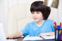 Αγόρι που κάνει την εργασία με τον υπολογιστή Στοκ φωτογραφίες με δικαίωμα ελεύθερης χρήσης