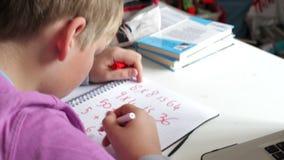 Αγόρι που κάνει την εργασία Math στην κρεβατοκάμαρα απόθεμα βίντεο