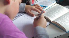 Αγόρι που κάνει τη γραπτή εργασία στην κρεβατοκάμαρα απόθεμα βίντεο
