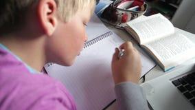 Αγόρι που κάνει τη γραπτή εργασία στην κρεβατοκάμαρα φιλμ μικρού μήκους
