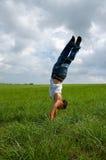 Αγόρι που κάνει handstand στοκ εικόνα