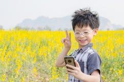 Αγόρι που κάνει selfie τη φωτογραφία πορτρέτου με έξυπνο τηλέφωνο Στοκ φωτογραφία με δικαίωμα ελεύθερης χρήσης