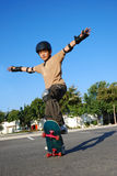 αγόρι που κάνει skateboard τις ακρ&o Στοκ Εικόνες
