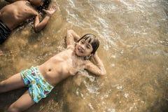 Αγόρι που καθορίζει στην παραλία Στοκ φωτογραφία με δικαίωμα ελεύθερης χρήσης