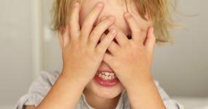 Αγόρι που καλύπτει τα μάτια του φιλμ μικρού μήκους