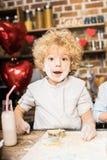 Αγόρι που κατασκευάζει τα μπισκότα Στοκ εικόνα με δικαίωμα ελεύθερης χρήσης