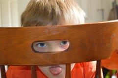 αγόρι που κολλά έξω τη γλώ&sigm Στοκ φωτογραφία με δικαίωμα ελεύθερης χρήσης