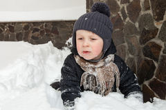 Αγόρι που κολλιέται στο χιόνι Στοκ εικόνες με δικαίωμα ελεύθερης χρήσης