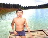 αγόρι που κολυμπά στη λίμνη στις διακοπές θερινών χωρών τους Στοκ Φωτογραφία