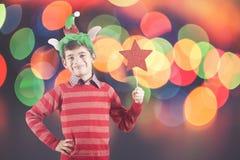Αγόρι που κρατά ένα κόκκινο αστέρι Χριστουγέννων Στοκ φωτογραφία με δικαίωμα ελεύθερης χρήσης