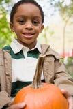 Αγόρι που κρατά μια κολοκύθα στοκ φωτογραφία με δικαίωμα ελεύθερης χρήσης