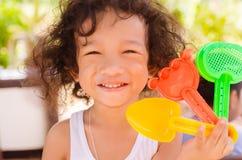 Αγόρι που κρατά τα ζωηρόχρωμα πλαστικά παιχνίδια στοκ φωτογραφία με δικαίωμα ελεύθερης χρήσης