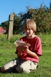 αγόρι που κρατά τα μικρά χρήμ&a Στοκ Εικόνα