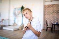 Αγόρι που κρατά τους μεγάλους κουρευτές ζώων τρίχας στοκ εικόνες με δικαίωμα ελεύθερης χρήσης
