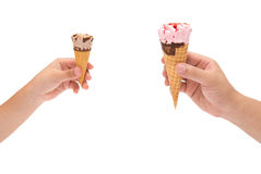 Αγόρι που κρατούν έναν μικρό κώνο παγωτού και άτομο που κρατά ένα μεγάλο με την ψαλιδίζω-πορεία Στοκ εικόνες με δικαίωμα ελεύθερης χρήσης