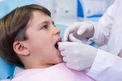Αγόρι που λαμβάνει την οδοντική επεξεργασία από τον οδοντίατρο Στοκ εικόνα με δικαίωμα ελεύθερης χρήσης