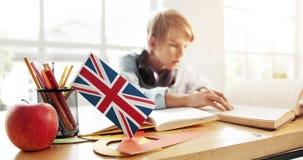 Αγόρι που μαθαίνει τα αγγλικά απόθεμα βίντεο
