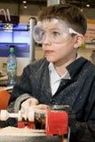 Αγόρι που μελετά τη μηχανή ξυλουργικής Στοκ Εικόνα