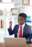 Αγόρι που μιμείται ως επιχειρηματία το παιχνίδι με το αεροπλάνο εγγράφου Στοκ εικόνες με δικαίωμα ελεύθερης χρήσης