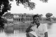 Αγόρι που μιλά στο κινητό τηλέφωνο και το χαμόγελο Στοκ εικόνα με δικαίωμα ελεύθερης χρήσης