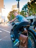 Αγόρι που οδηγά τη σταθμευμένη εκλεκτής ποιότητας μοτοσικλέτα στο στο κέντρο της πόλης Λος Άντζελες Στοκ Εικόνες