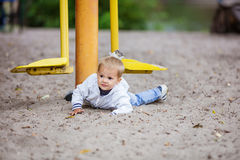 Αγόρι που πέφτει από την υπαίθρια μηχανή άσκησης Στοκ φωτογραφία με δικαίωμα ελεύθερης χρήσης
