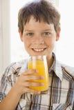 αγόρι που πίνει στο εσωτ&epsi Στοκ φωτογραφία με δικαίωμα ελεύθερης χρήσης