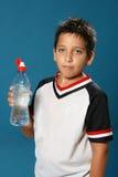αγόρι που πίνει το διψασμέν στοκ εικόνα