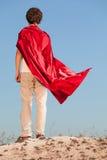 Αγόρι που παίζει superheroes στο υπόβαθρο ουρανού, εφηβικό superhero Στοκ Εικόνες