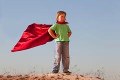 Αγόρι που παίζει superheroes στο υπόβαθρο ουρανού, εφηβικό superhero Στοκ εικόνες με δικαίωμα ελεύθερης χρήσης