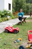 Αγόρι που παίρνει ένα πρόχειρο φαγητό Στοκ Φωτογραφία