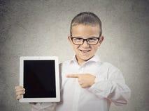 Αγόρι που παρουσιάζει νέο υπολογιστή μαξιλαριών του στοκ εικόνα
