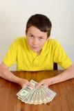 Αγόρι που παρουσιάζει υπερήφανα χρήματά του Στοκ Φωτογραφίες
