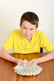 Αγόρι που παρουσιάζει υπερήφανα χρήματά του Στοκ φωτογραφίες με δικαίωμα ελεύθερης χρήσης
