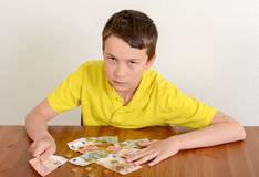 Αγόρι που παρουσιάζει υπερήφανα χρήματά του Στοκ Εικόνες