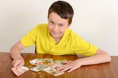 Αγόρι που παρουσιάζει υπερήφανα χρήματά του Στοκ εικόνα με δικαίωμα ελεύθερης χρήσης