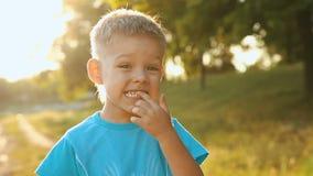 Αγόρι που παρουσιάζει δόντια του στη κάμερα απόθεμα βίντεο