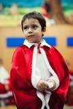 Αγόρι που περιμένει τα χριστουγεννιάτικα δώρα Στοκ Φωτογραφίες