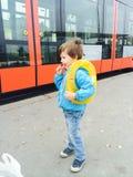 Αγόρι που περιμένει το τραμ διανυσματική απεικόνιση
