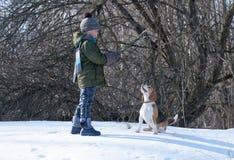Αγόρι που περπατά με ένα λαγωνικό Στοκ φωτογραφίες με δικαίωμα ελεύθερης χρήσης